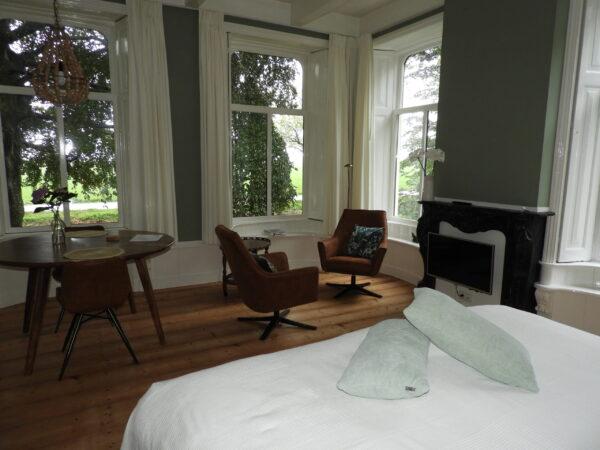 Kamer bed, zitje en eettafel